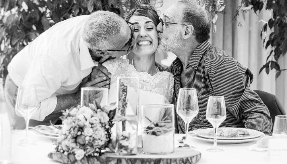 Due anziani zii baciano la sposa sulle guance